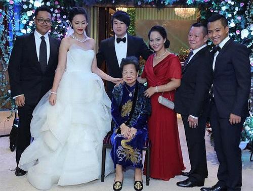 Việc Thanh Bùi tổ chức đám cưới mà không hề báo trước khiến rất nhiều người hâm mộ bất ngờ dù trước đó thông tin và hình ảnh 'vợ tương lai' của anh từng bị rò rỉ.