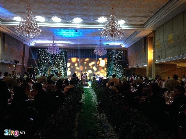 Không gian tiệc cưới sang trọng và ấm cúng.