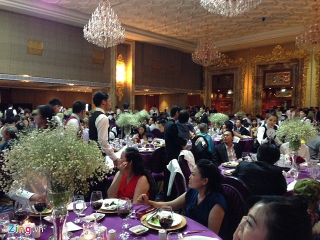 Khách khứa được sắp xếp ngồi theo bàn đánh số sẵn từ khi Thanh Bùi và Huệ Vân gửi thiệp mời.