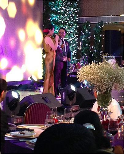 Trong những hình ảnh cưới đầu tiên được hé lộ, chú rể Thanh Bùi diện áo sơ mi trắng, vest đen cực kì lịch lãm với nơ bướm đen.