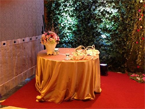 Trong khi đó cô dâu Trương Huệ Vân diện váy cưới màu trắng tinh khôi khoe bờ vai trần nuột nà.
