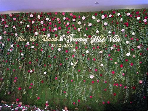 Sảnh cưới được kết hoa rất tinh tế và nhẹ nhàng giống như một khu vườn cổ tích.