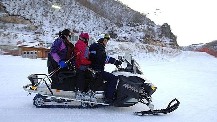Người dân địa phương tới vui chơi tại khu trượt tuyết xa xỉ
