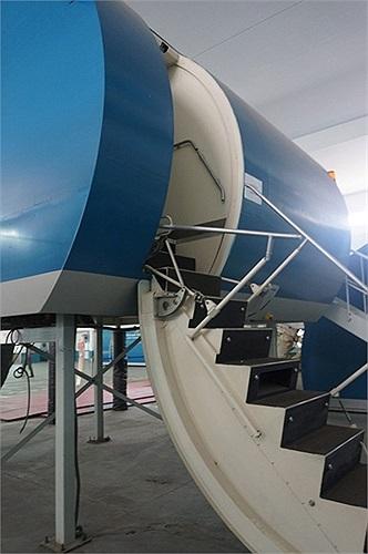 Các phi công hàng ngày phải luyện tập ở máy bay mô hình để đảm bảo an toàn bay.