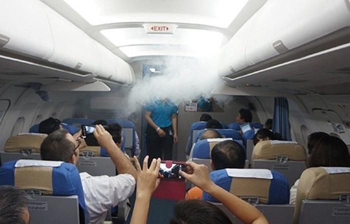 Cùng đột nhập lò luyện phi công, tiếp viên lớn nhất Việt Nam: Các nữ tiếp viên hàng không Campuchia đang được huấn luyện tại Việt Nam. Các bài học bằng tiếng Anh. Phi công, tiếp viên ứng phó trước tình huống máy bay xì khói trong khoang hành khách.