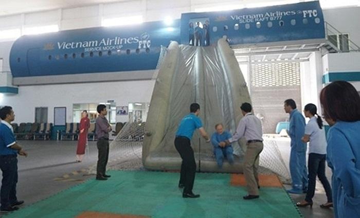 Thực hành tình huống thoát hiểm khẩn cấp từ máy bay.