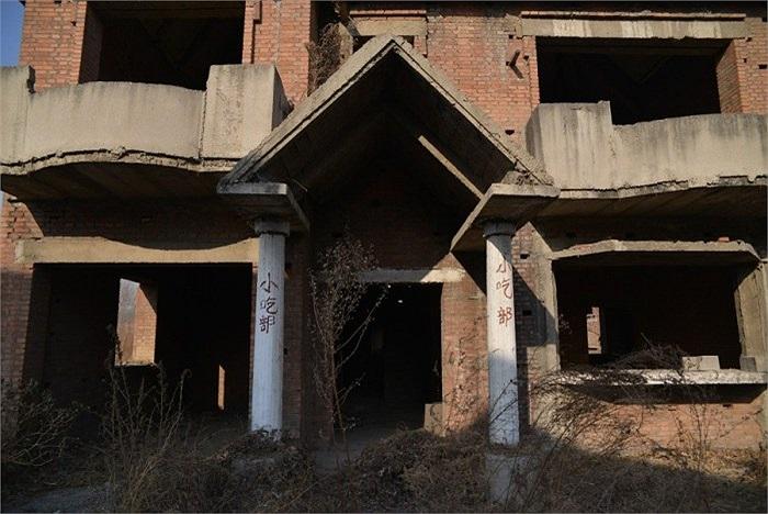 Những ngôi nhà hoang đã nằm im lìm 20 năm nay