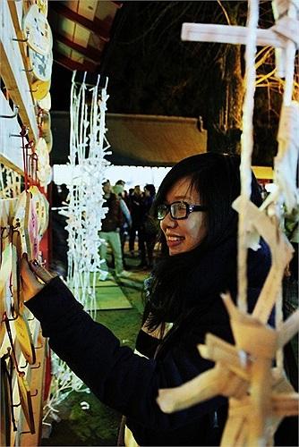 Hà Trang (du học sinh Nhật) tham gia lễ Asami và đang treo điều ước được viết trên gỗ của mình.