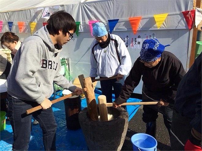 Các ban trẻ Việt sinh sống tại Hàn Quốc hay Nhật Bản còn tham gia giã gạo làm bánh đầu năm.