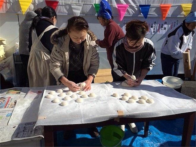 Cẩn thận, khéo léo nặn từng chiếc bánh được gọi là mochi cùng người dân địa phương.