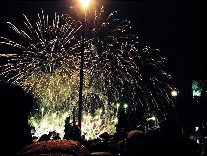 Các bạn trẻ cùng người dân địa phương tụ lại ở quảng trường và ngắm pháo hoa.