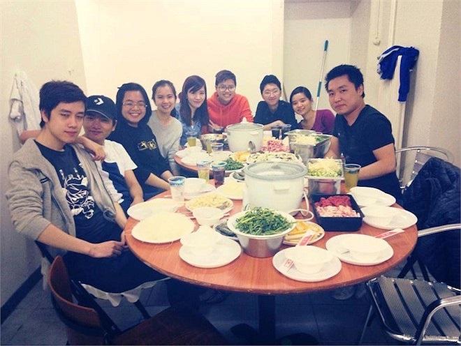 Trong khi đó, các du học sinh ở Thuỵ Sĩ lại thích tổ chức một bữa tiệc nhỏ theo kiểu Việt tại ngay ký túc xá của mình.