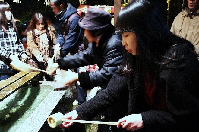 Trong ảnh là du học sinh Việt tham gia lễ đền mang tên là Asami (Nhật). Trước khi vào đền, mọi người đều phải rửa tay và uống nước để cầu cho năm mới gặp nhiều may mắn.