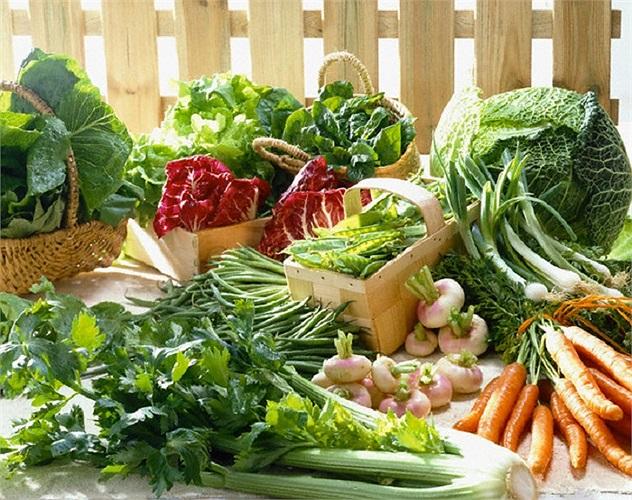 Các loại rau xanh cho làn da sáng bóng: Rau bina (Spinach), bông cải và các loại ra xanh cung cấp nhiều vitamin A, giúp làn da sản xuất các tế bào mới tươi hơn và loại bỏ những cái cũ, giảm khô và giữ khuôn mặt của bạn trông trẻ và tươi sáng.