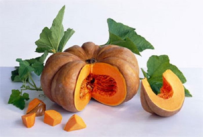 Bí ngô: Màu cam trong bí ngô là sắc tố thực vật ngăn chặn nếp nhăn, giúp trung hòa các gốc tự do chống lão hóa. Bí ngô được làm đầy với vitamin A, C, và E, cũng như các enzym mạnh mẽ giúp làm sạch da.