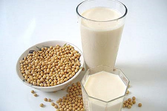Sữa đậu nành giàu isoflavones giúp bảo vệ và làm săn chắc da, khỏe mạnh. Các nhà khoa học cho rằng, người uống nhiều sữa đậu nành có ít nếp nhăn và làn da mịn màng hơn so với những người được tiếp xúc với tia cực tím nhưng đã không nhận được isoflavone.