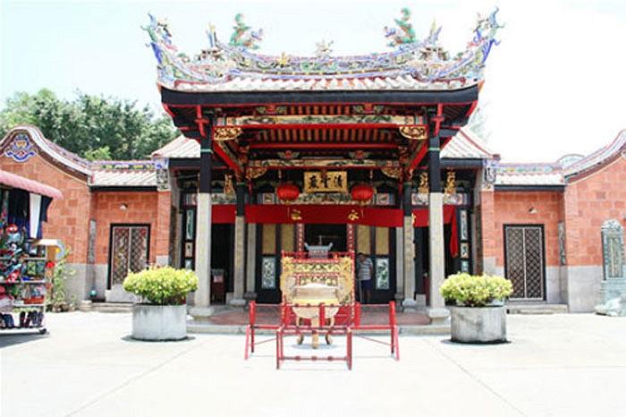 Ở Malaysia, có một ngôi đền kỳ lạ, là nơi tụ tập của vô số rắn độc, từ hổ mang cho đến rắn lục.