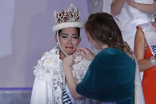 Giây phút hạnh phúc của Bea Rose Santiago khi được trao vương miện.
