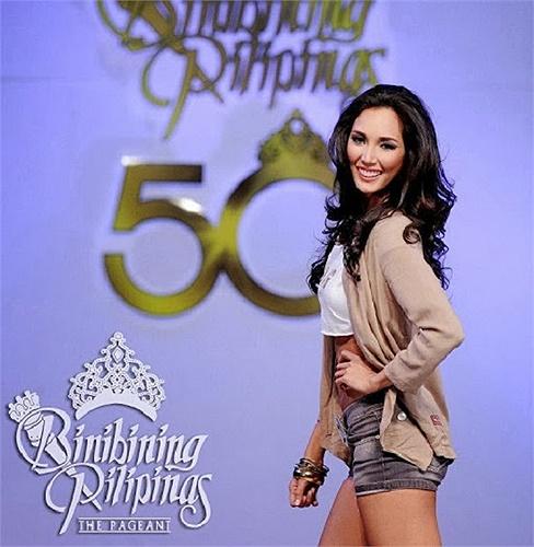 Santiago trong cuộc thi 'Binibining Pilipinas' - cuộc thi sắc đẹp lớn nhất của Philipines.