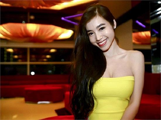 Tạm gác lại những bộ ảnh nóng bỏng đến mức nhạy cảm, đông đảo khán giả đều đồng tình cho rằng Elly Trần đang xây dựng hình ảnh người đẹp tươi trẻ sexy.