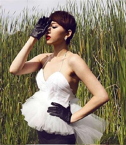 Người đẹp đang tỏ ra rất tự tin với những thiết kế thời trang trẻ trung, quyến rũ và có phần kiệm vải.