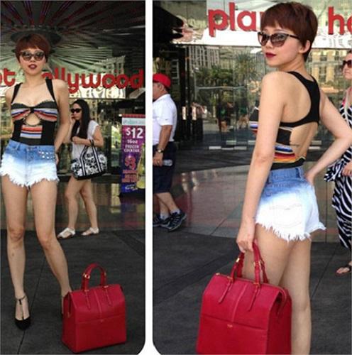 ... Tóc Tiên còn khiến khán giả bất ngờ với những trang phục rất sexy như áo cúp ngực, áo corset, áo croptop, quần short jeans, quần xuyên thấu, chân juyp siêu ngắn.