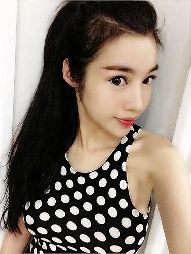 Elly Trần lúc nào đi ăn tối cũng diện đồ rất nóng bỏng, khoe vẻ đẹp cơ thể.