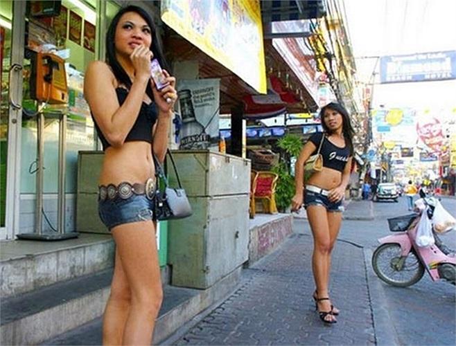 Gái mại dâm chuyển giới hoạt động trên đường phố Thái Lan