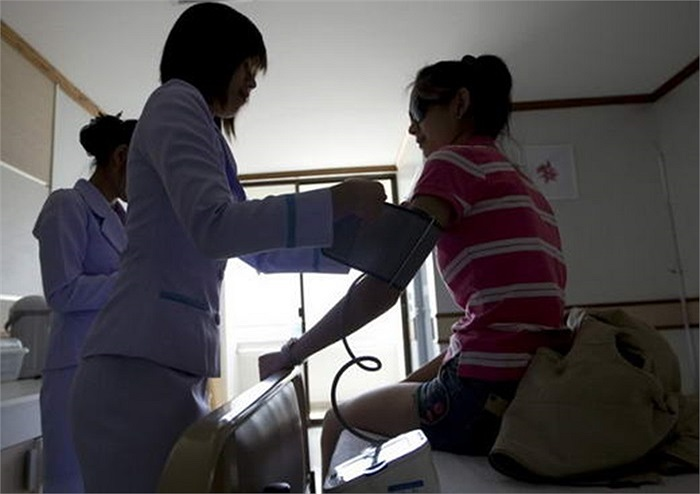 Hơn nữa, phẫu thuật thẩm mỹ phải được sự đồng ý của bố mẹ mới được thực hiện