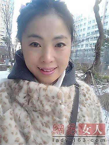 Bà mẹ trẻ 54 tuổi mà sở hữu vóc dáng thon thả và khuôn mặt trẻ con như gái 26 tuổi