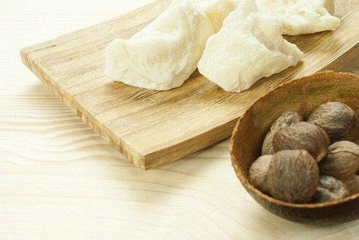 Bơ hạt mỡ được chiết xuất từ thành phần chủ yếu là dầu cây hạt mỡ. Là nguồn cung cấp dồi dào vitamin E và caroten, bơ hạt mỡ giúp cải thiện độ đàn hồi trên các tế bào da.