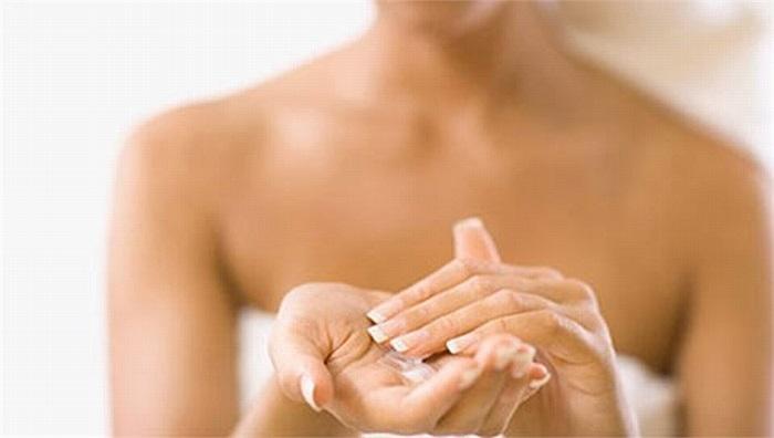 Dưỡng ẩm là điều vô cùng quan trọng nếu bạn muốn ngăn chăn sự xuất hiện của những vết rạn trên vùng da nhạy cảm. Sử dụng kem dưỡng ẩm cho thấy nhiều cải tiến trong độ đàn hồi và hạn chế tối đa sự rạn nứt các tế bào da.