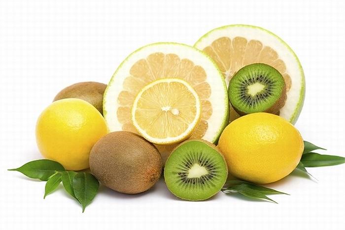 Vitamin C trong hoa quả tươi giúp sản xuất collagen và loại bỏ các vết rạn da trong giai đoạn đầu.
