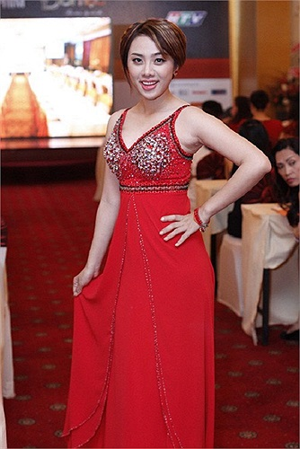 Lan Trinh kém đẹp với chiếc váy đính hạt cườm được thiết kế khá đơn giản và quê mùa.