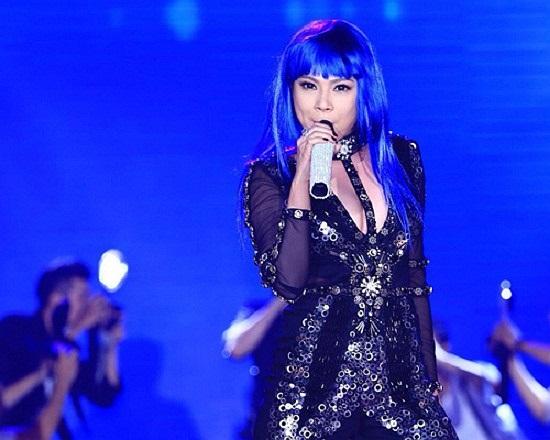 Chi hơn 100 triệu để làm tóc chuẩn bị cho liveshow của riêng mình, nhưng Thanh Thảo vẫn chưa được đánh giá cao về trang phục.