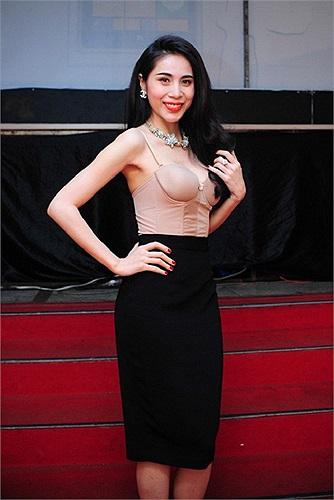 Xuất hiện với vai trò làm giám khảo trong đêm thi đầu tiên của 'Bước nhảy hoàn vũ 2014', Phần áo của Thủy Tiên khiến nhiều người lầm tưởng cô diện bikini lên sân khấu.