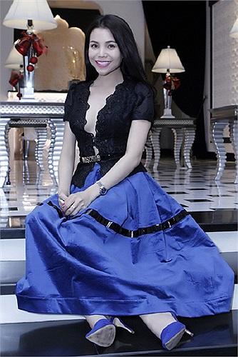 Tuy nhiên chiếc chân váy khá lạc điệu so với áo khiến người đẹp trở nên quê mùa. Ảnh: Tổng hợp.