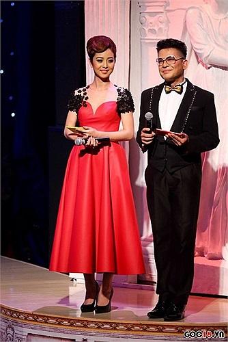 Chiếc váy của Jennier Phạm sẽ giúp chủ nhân khoe được bờ vai trần nuột nà và vòng một gợi cảm nếu bỏ bớt phần ren thừa thải ở cánh tay.