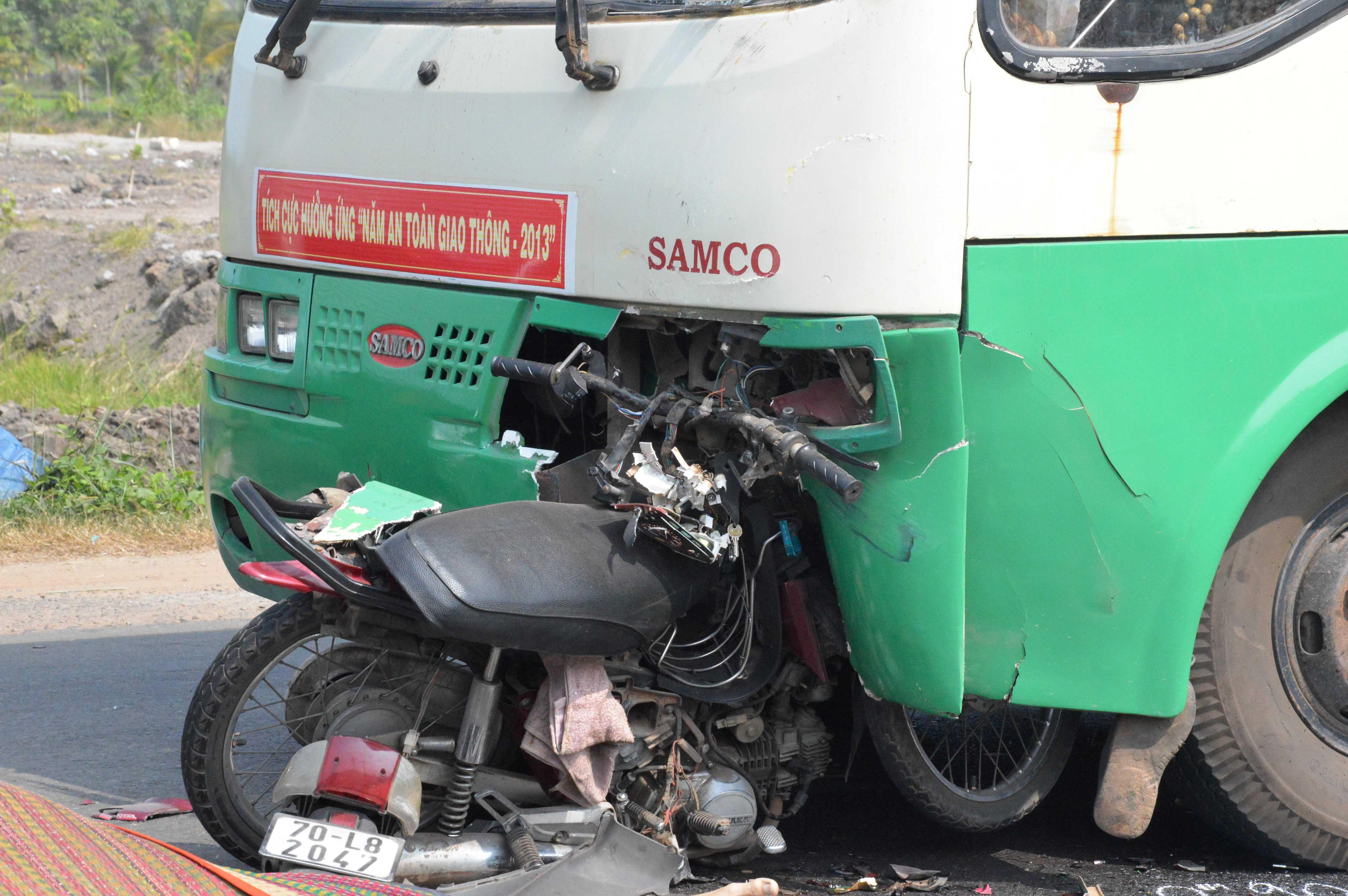 TP.HCM, tai nạn, đối đầu, xe buýt, xe máy, găm chặt, tử vong