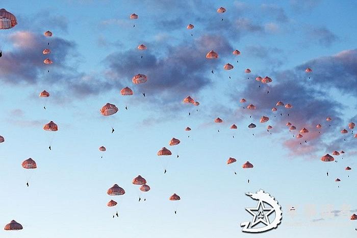 Hàng trăm lính dù Trung Quốc bung dù trên không