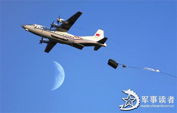 Một trực thăng hạng nặng thả dù trong cuộc tập trận đổ bộ trên không