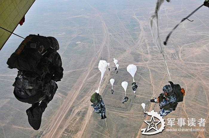 Hàng trăm lính dù nhảy khỏi máy bay ở độ cao hàng nghìn mét