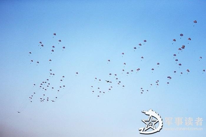 Lính dù Trung Quốc tập đổ bộ trên không