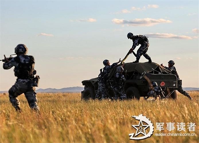 Các lính dù tiếp đất chuẩn bị tấn công mục tiêu giả định