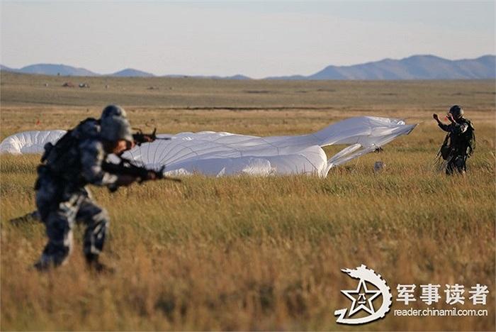 Sau khi tiếp đất, các lính dù bắt đầu tìm kiếm mục tiêu