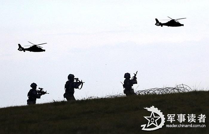 Các lính dù cùng trực thăng dò tìm mục tiêu giả định