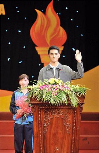 Hình ảnh Thanh Tùng trong lễ tuyên thệ trước khi SEA Games 26