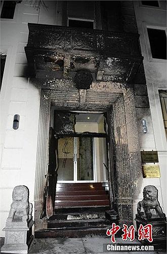 Cửa trước Tổng lãnh sự quán Trung Quốc bị hư hỏng nặng