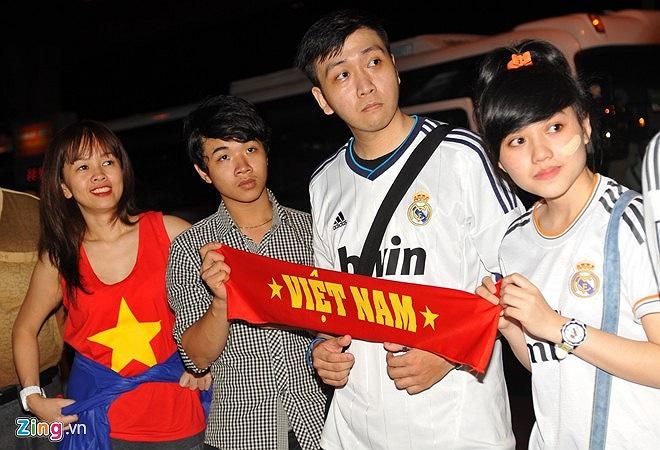 CĐV Việt Nam đã có mặt từ rất sớm ở sân bay để chào đón đội bóng U19 Nhật Bản.