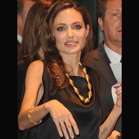 Đôi tay gầy guộc trơ gân guốc của Angelina.